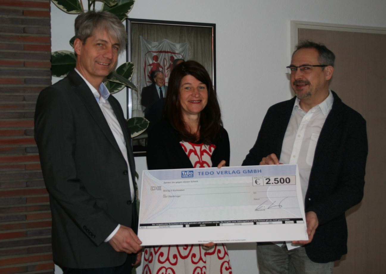 Übergabe der Spende des TeDo Verlags an das SOS Kinderdorf